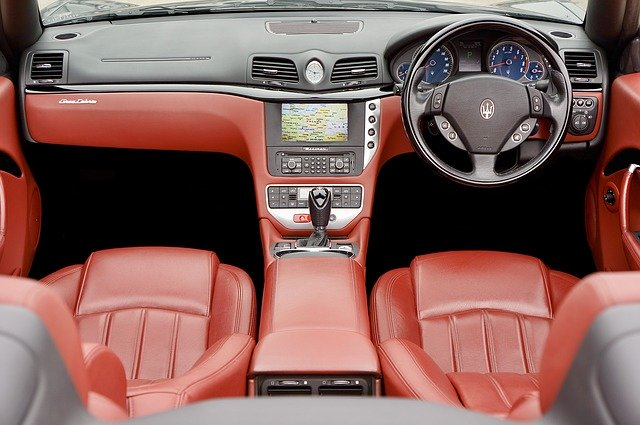 voiture avec sieges en cuir rouge