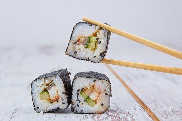 sushis tenus par des baguettes