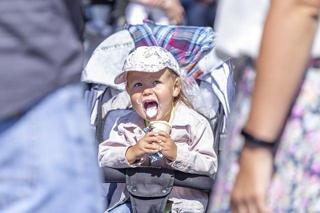 fille mangeant une glace dans une poussette