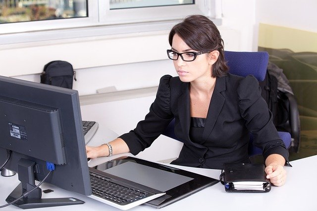 femme comptable devant écran