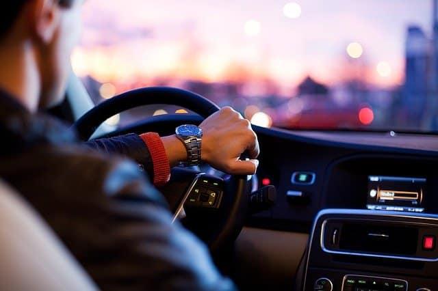 homme écoutant radio dans sa voiture