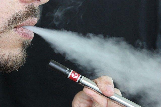 homme fumant une cigarette electronique