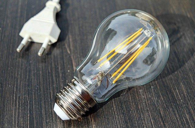 une ampoule et une prise électrique