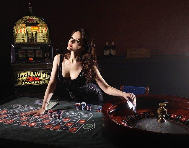une dealeuse a une table de roulette