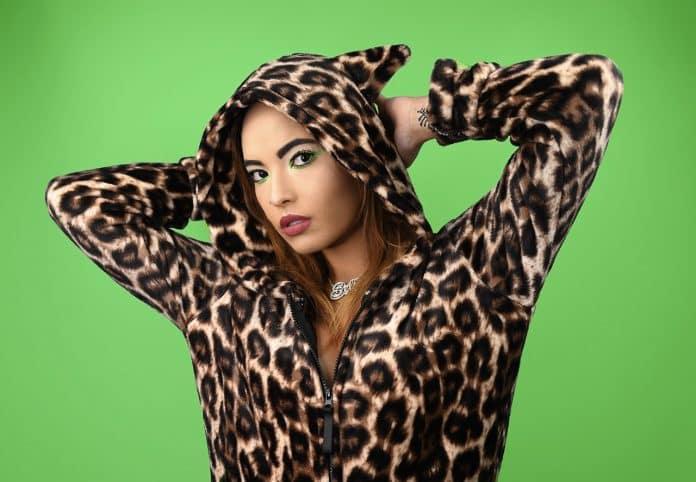 Femme portant bijoux et vêtement avec imprimé léopard