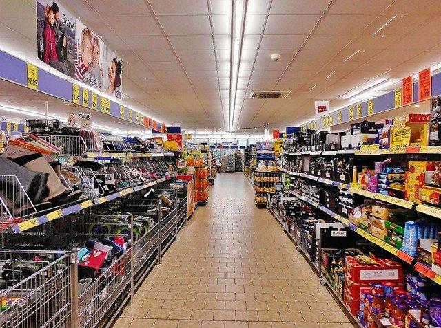 grand allée de supermarché lidl